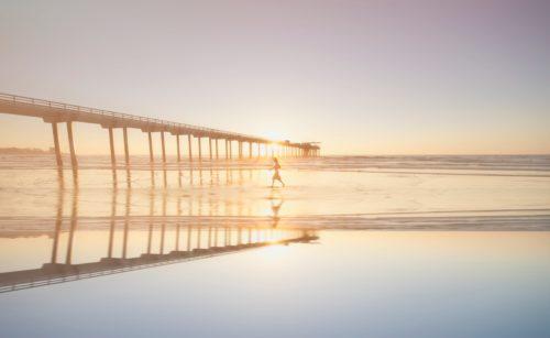 海を歩く人